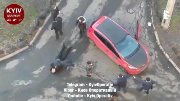 В Киеве «героиня парковки» заблокировала скорую и спровоцировала драку. ФОТО