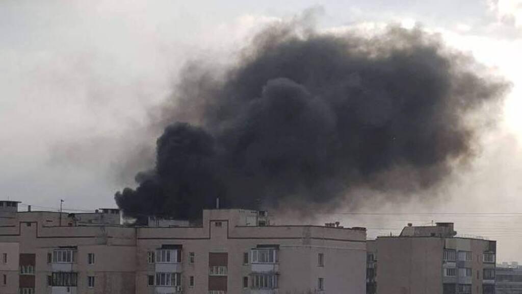 Густой черный дым виден за несколько километров: в Киеве вспыхнул масштабный пожар