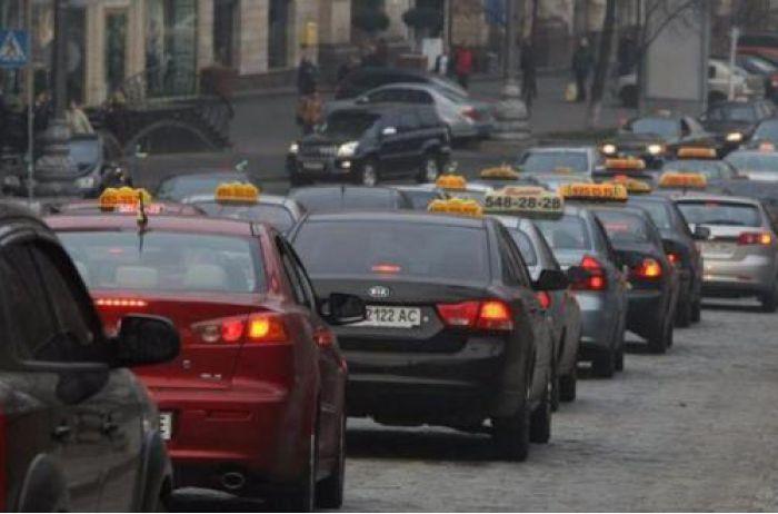 Отпустили, в чем мать родила: в Днепре таксисты жестоко наказали пассажира. ВИДЕО