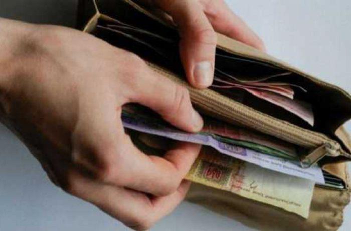 Украинцев напугали очередными сокращениями зарплат и выплат: кого коснётся?