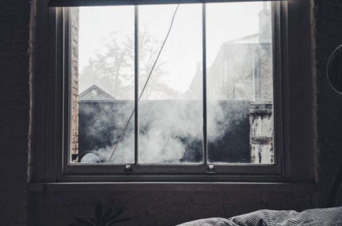 Можно ли спать к окну ногами: что говорят приметы