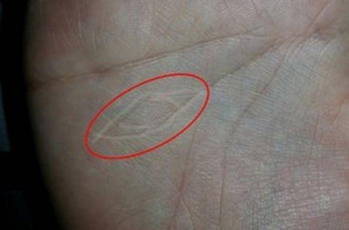 """""""Знак ведьмы"""": какие линии на руке говорят о магических способностях"""