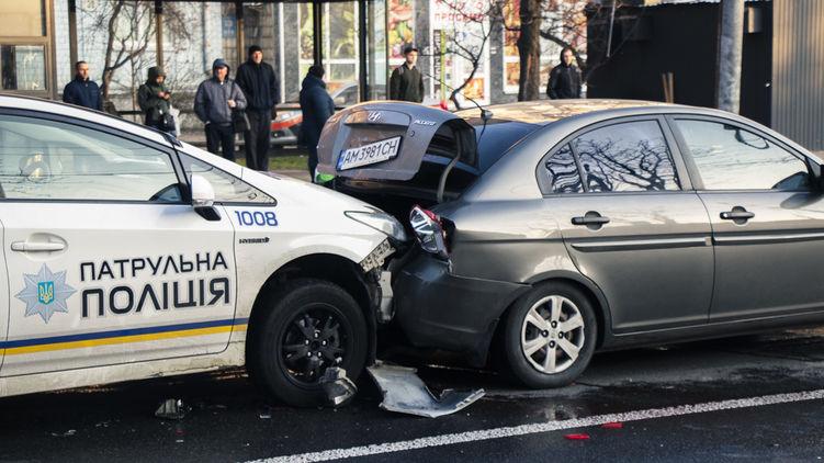 В Киеве полицейские протаранили авто с пьяными пассажирами, завязалась драка. ВИДЕО
