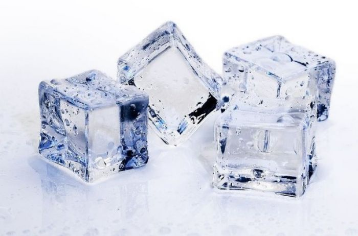 Вот зачем опытные хозяйки кладут в стиралку кубики льда