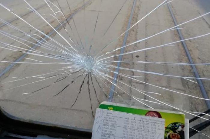 Карантин в Харькове: разъяренные пассажиры бьют окна трамваев. ВИДЕО