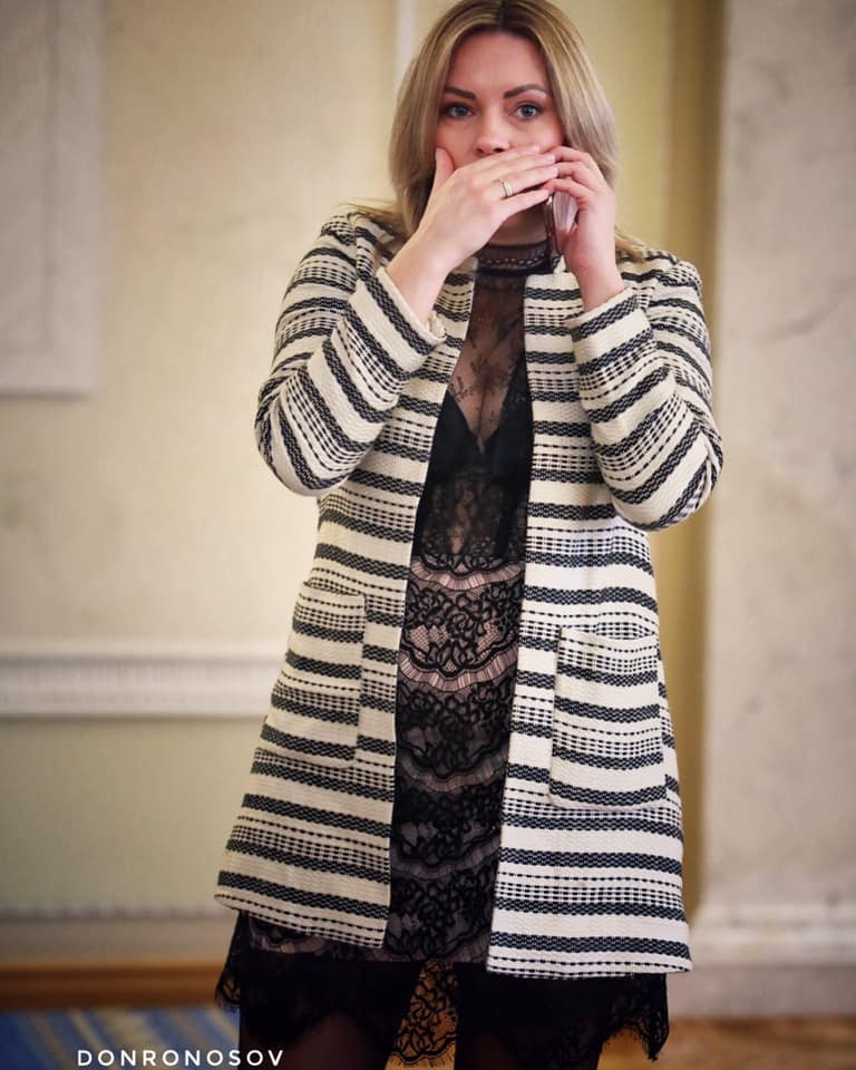 Без тормозов: Сеть обсуждает вызывающий наряд женщины-депутата