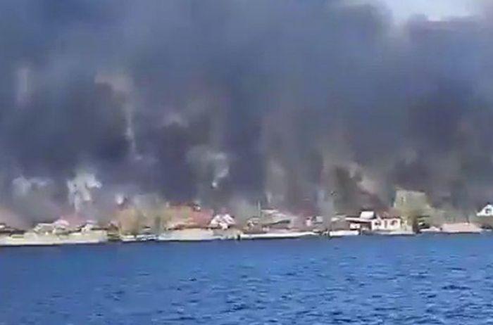 Горит прибрежный Херсон: пламя стеной и черный дым. ВИДЕО