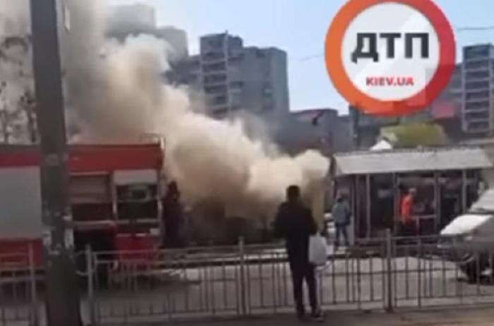 Пожар в Киеве: на Позняках тушили МАФ-пиццерию