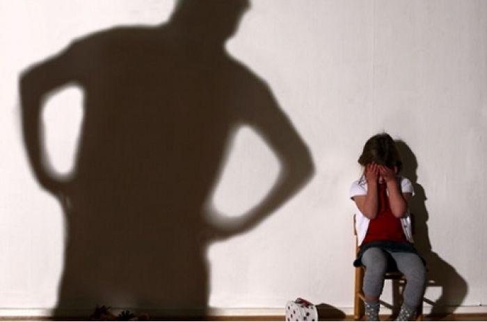 Домашний ад: озверевший отец выгнал трех маленьких дочурок