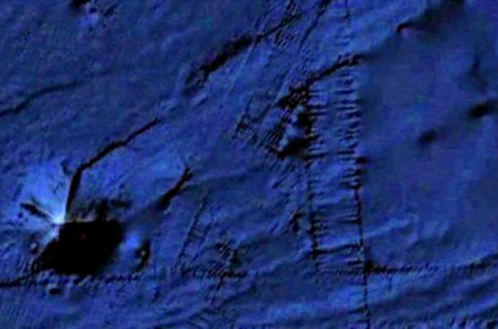 По дну океана самостоятельно ползет огромная пирамида