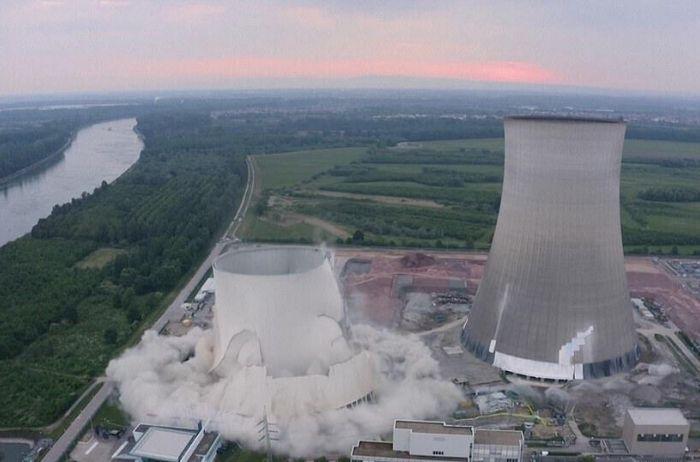 Контролируемый взрыв: как в Германии сносили башни АЭС. ВИДЕО