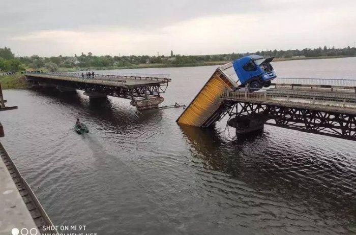 Под Днепропетровском из-за обрушения моста фура упала в воду. ВИДЕО