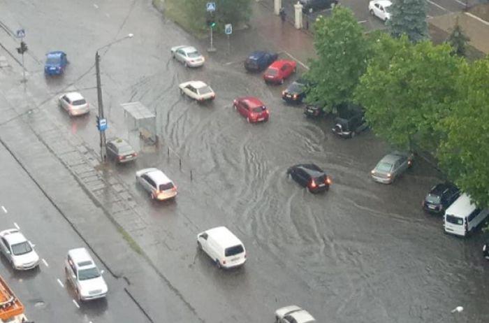 Непогода потрепала и Одессу, превратив улицы в реки