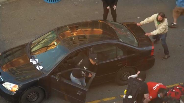 В США мужчина влетел в толпу на авто и открыл огонь по протестующим. ВИДЕО