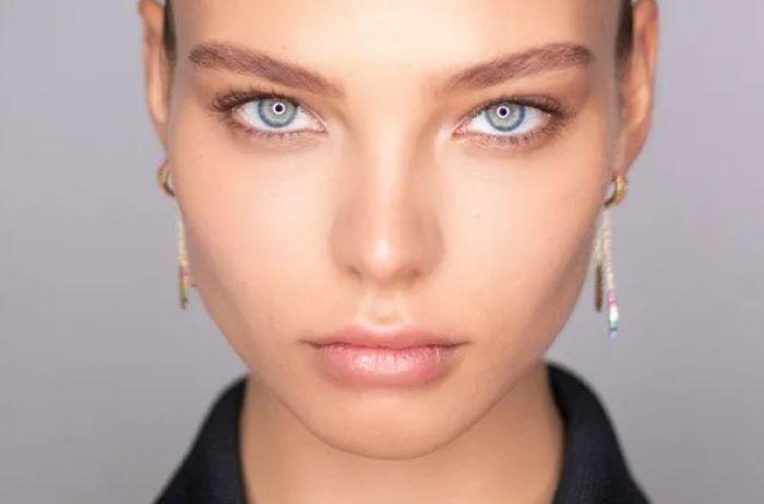 Алеся Кафельникова засветила обнаженную попу на обложке модного глянца