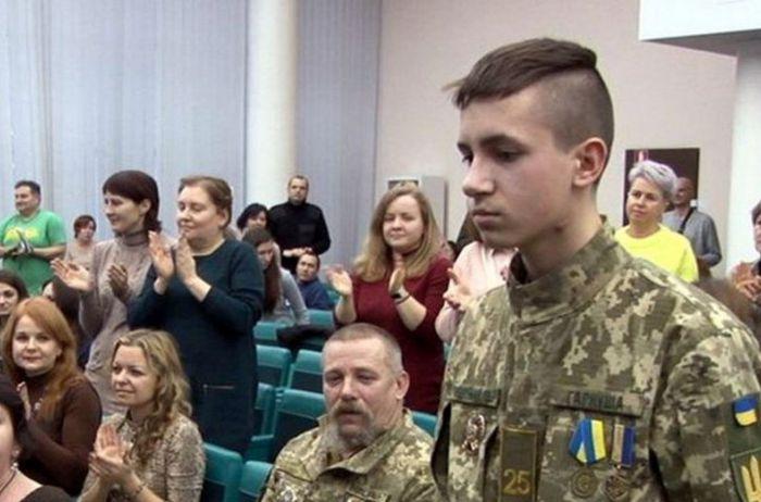 """Спас детей, но потерял руку: 17-летнего курсанта наградили орденом """"За мужество"""""""