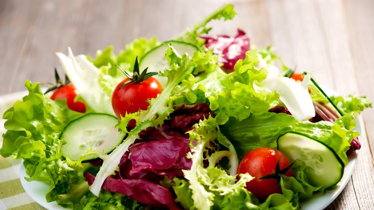 Лучше не смешивать: медики сообщили о вреде популярного салата