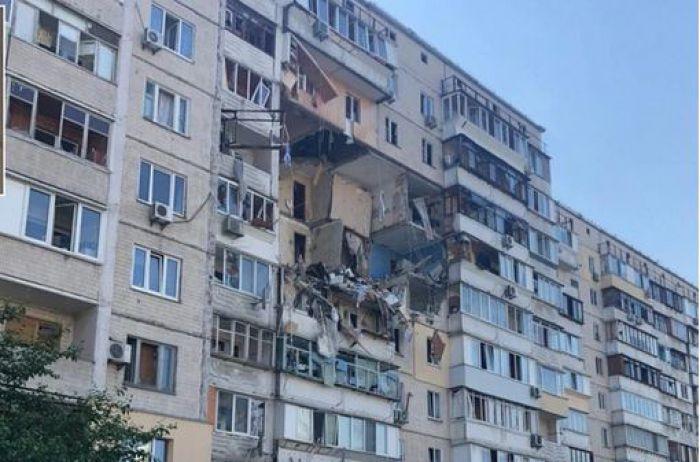 Люди пригнулись: камера зафиксировала момент взрыва дома в Киеве. ВИДЕО