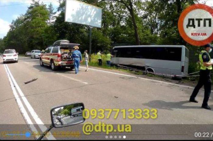 В Киеве легковушка протаранила пассажирский автобус: есть пострадавшие