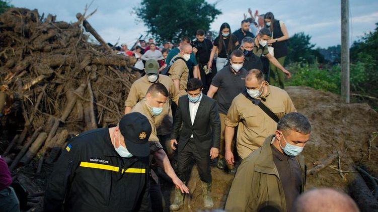Брючки не замочил: как житель Прикарпатья обул Зеленского