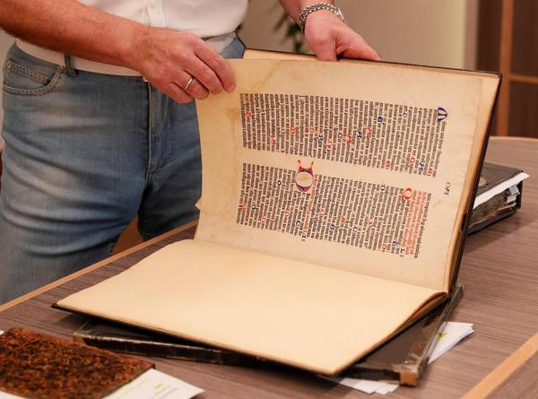 Медведчук продемонстрировал СМИ Евангелие 1575 года