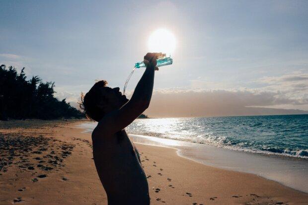 Сколько воды надо выпивать в день: медики разрушили популярные мифы