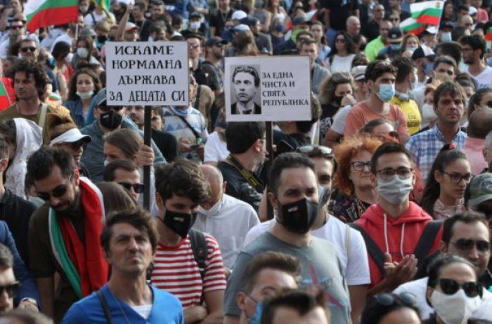 Требуют отставки председателя Совета министров: протестующие набросились на полициейских