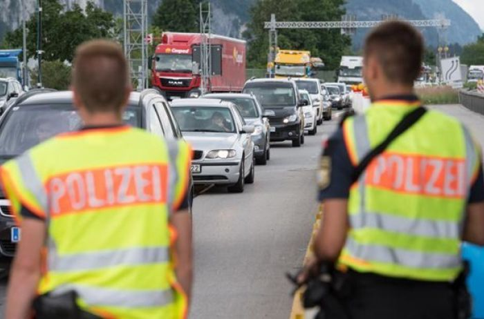 Черногория отказалась пропускать украинцев на автомобилях