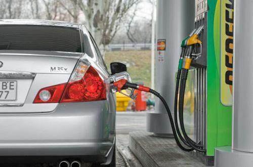 Сколько бензина можно купить за зарплату: украинским водителям назвали цифры