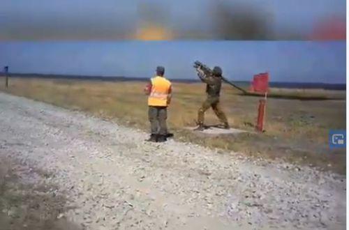 В России солдат уронил зенитную установку с ракетой, которая начала хаотичный полет. ВИДЕО