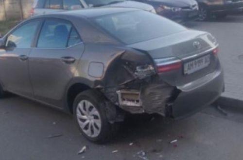 На парковці неадекват розбив п'ять машин