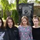 Скандал: школьницы станцевали тверк у мемориала погибшим в АТО ВИДЕО