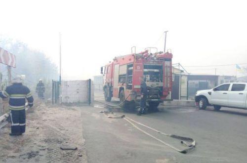 Полыхает огонь, гремят взрывы: пожар добрался до жилых домов в Станице Луганской