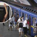 В киевском метро полураздетая пассажирка заставила мужчин покраснеть. ВИДЕО