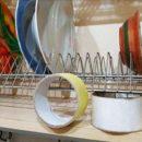 Зачем в шкафчике для посуды держать пару рулонов скотча. ФОТО