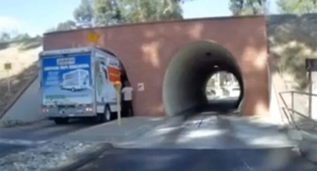 Квадратный грузовик решил въехать в круглый туннель: ВИДЕО последствий