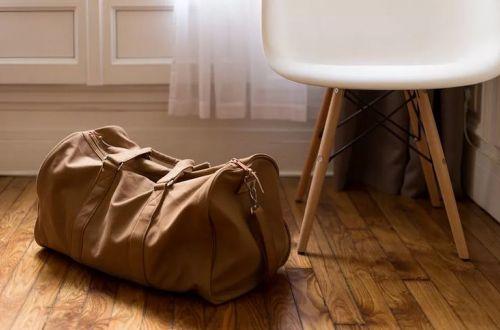 Сумка на полу и посуда в гостях: 10 примет, которых лучше придерживаться