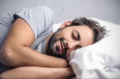 Почему наше тело может непроизвольно вздрагивать во сне