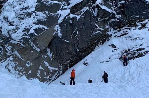 В России на людей рухнул замерзший водопад: под завалами льда остаются люди