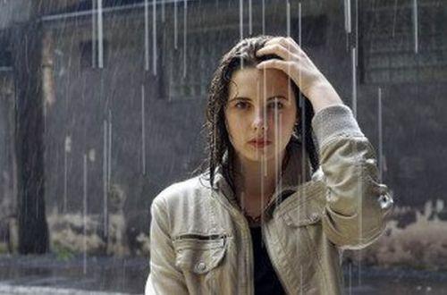 В Запорожье девушка бегала обнаженной под холодным дождем