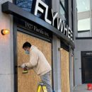 Вашингтон готовится к возможным беспорядкам: в магазинах заколачивают окна. ФОТО, ВИДЕО