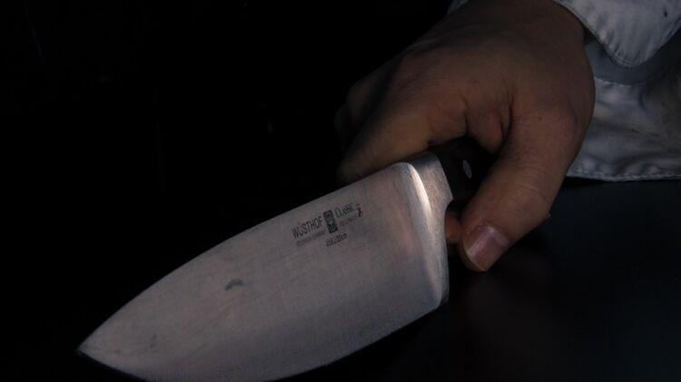Под Одессой мужчина получил нож в спину, играя с ребенком в снежки