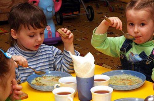 Дошкольников будут кормить родители: что еще меняется в оплате за детсад