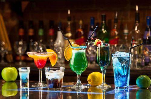 Приметы про алкоголь: почему его не наливают на весу