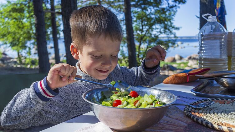 Комаровский объяснил, почему нежелательно кормить чужих детей