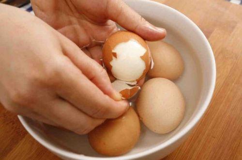 Чтобы не крошилась скорлупа: как чистить яйца