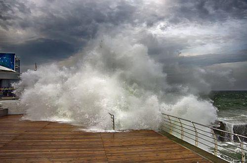 Оранжевый уровень опасности объявлен в акватории Черного и Азовского морей