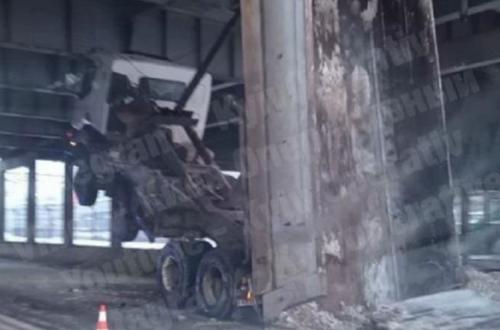 В Киеве самосвал протаранил мост и застрял. ВИДЕО