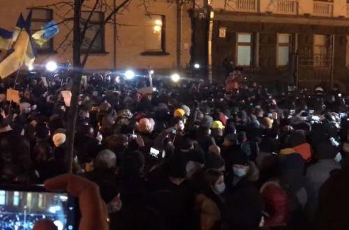 На Банковой льется кровь: в Киеве люди атаковали офис Зеленского. ВИДЕО