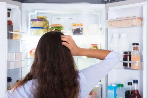 Этот способ позволит избавиться от неприятного запаха в холодильнике
